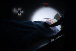 Personne qui passe un IRM